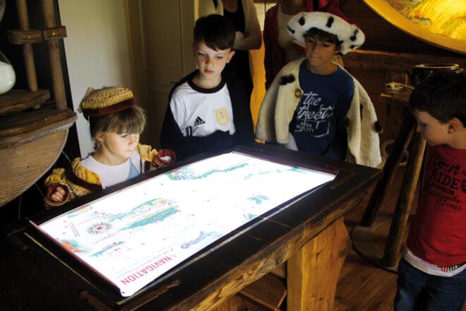 Kinder schauen sich im Museum eine Schatzkarte an