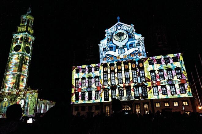 Augsburger Gebäude in Lichtkunst bestrahlt