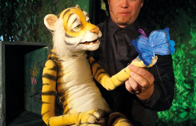 Puppenspieler mit Tigerpuppe