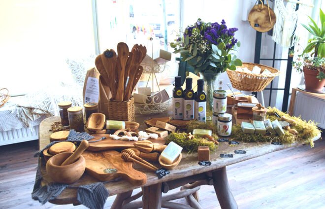 Diverse Holzprodukte auf dem Tisch
