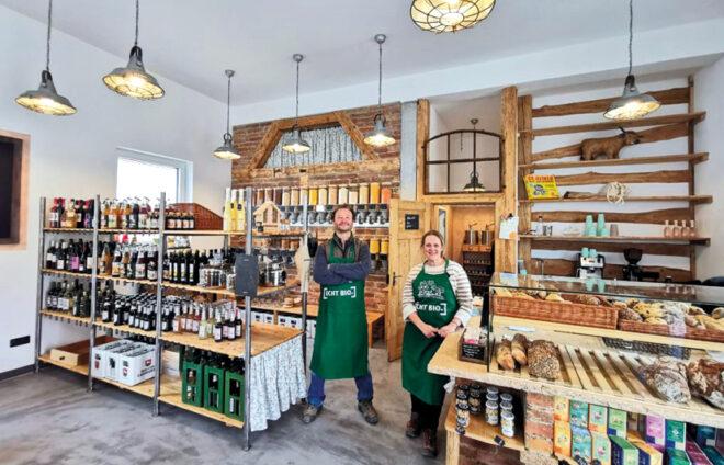 Die Betreiber in ihrem kleinen Laden